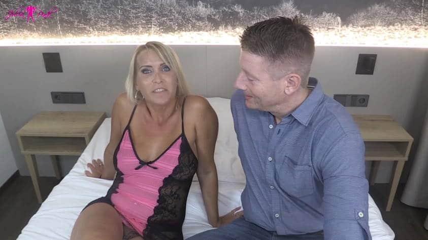 MILF Julia Pink und der Bewerber für den MILF Pornodreh
