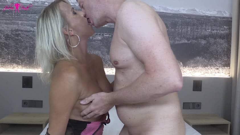 MILF Julia und der User küssen sich leidenschaftlich